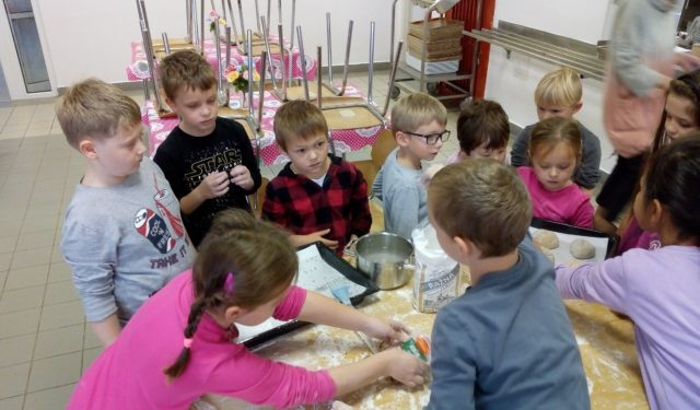 Prvňáčci v kuchyni – jak se peče chléb