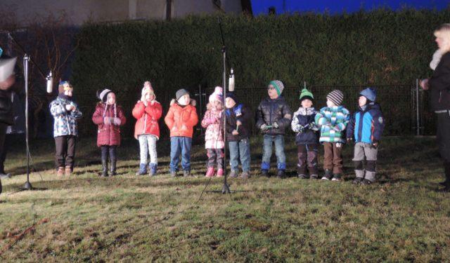 Vystoupení žáků školy a školky při rozsvěcení stromku v Mostku a v kostele u sousedů